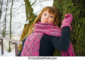 mulher, árvore, contra, inclinar-se