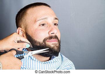 mulher, é, aparando, a, barba, de, um, homem jovem