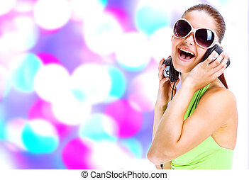 mulher, óculos de sol, camisa, música, fones, verde, escutar, usando