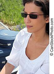 mulher, óculos de sol, dela, malas, sentando, logo
