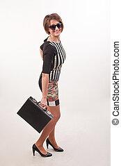 mulher, óculos de sol, dela, negócio, mão, trabalho, posar, vai, mala, sorrindo