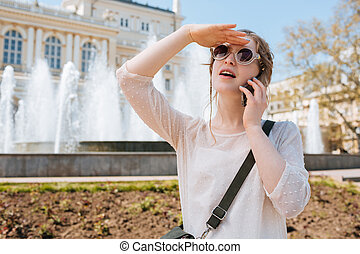 mulher, óculos de sol, falando, móvel, jovem, charming, telefone, ao ar livre