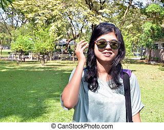 mulher, óculos de sol, olhando jovem, câmera, através