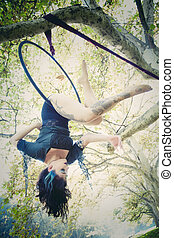 mulher, aéreo, aro, dança, em, floresta