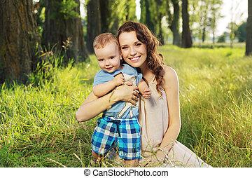 mulher, abraçando, dela, pequeno, filho