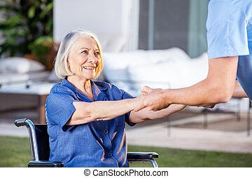mulher, adquira, cadeira rodas, cima, ajudando, enfermeira,...