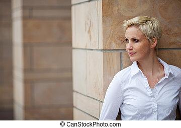 mulher, afastado, olhar, enquanto, inclinar-se, pilar
