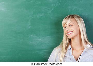 mulher, afastado, olhar, tábua, inclinar-se, sorrindo