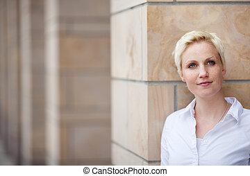 mulher, afastado, pensativo, olhar, enquanto, inclinar-se, pilar