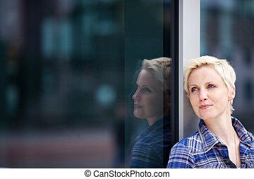 mulher, afastado, pensativo, olhar vidro, enquanto, inclinar-se