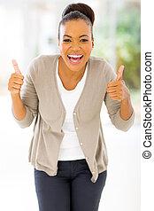 mulher africana, dar, dois polegares cima