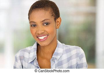 mulher africana, olhando câmera