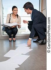 mulher, ajudando, cobrar, documentos, caído, homem