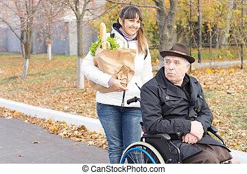 mulher, ajudando, um, homem incapacitado, com, shopping
