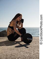 mulher, ajustar, -, ao ar livre, pesos, levantamento
