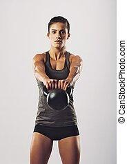 mulher, ajustar, executar, jovem, kettlebell, balanço, exercício