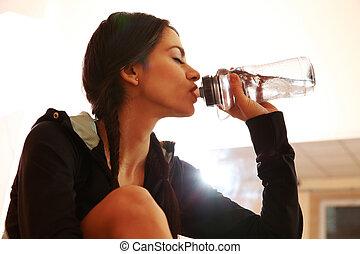 mulher, ajustar, ginásio, jovem, água, bebendo