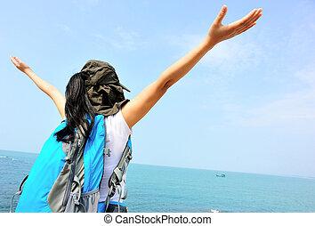 mulher, alegrando, braços abrem, litoral