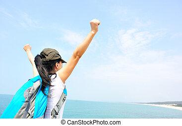mulher, alegrando, braços, hiking, abertos