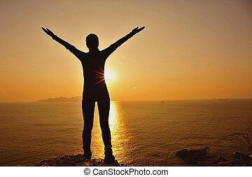 mulher, alegrando, braços, sunrsie, abertos