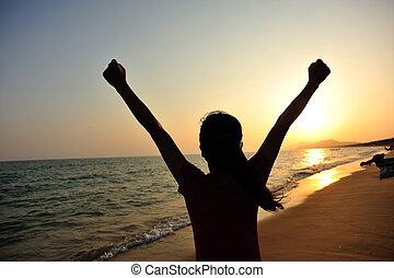 mulher, alegrando, pôr do sol, braços abrem