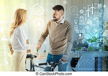 mulher, alegre, enquanto, bicicleta, segurar passa, sorrindo, agitação, homem