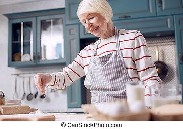 mulher, alegre, massa, fazer, sênior, cozinha