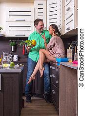 mulher, alimentação, alimento, para, homem, em, cozinha
