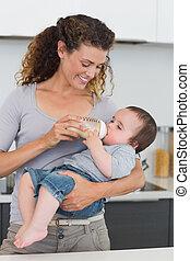 mulher, alimentação, leite, para, bebê
