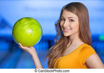 mulher, alley., enquanto, bowling., boliche, divertimento, tendo