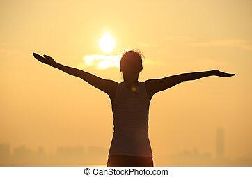 mulher, amanhecer, braços, sob, abertos