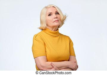 mulher, amarela, triste, sênior, loiro, roupas