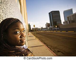 mulher americana africana, apoiando, um, predios