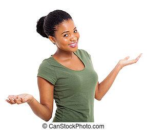 mulher americana africana, com, braços abertos