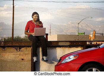 mulher americana africana, com, laptop