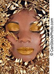 mulher americana africana, embrulhado, em, metálico, folhas