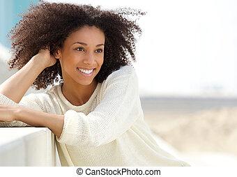 mulher americana africana, relaxante, ao ar livre