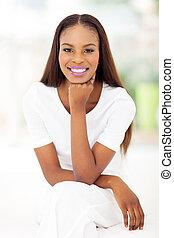 mulher americana africana, sentando, em, quarto