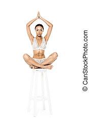 mulher americana africana, sentar posição lotus