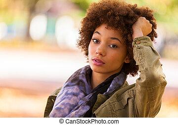 mulher, americano africano, retrato, ao ar livre, bonito, jovem, outono