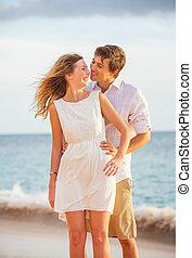 mulher, amor, par romântico, beijando, feliz, praia, pôr do sol, homem