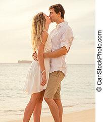 mulher, amor, romanticos, observar, sol, embracing pares, oceânicos, jogo, pôr do sol, cada, feliz, praia, outro., homem