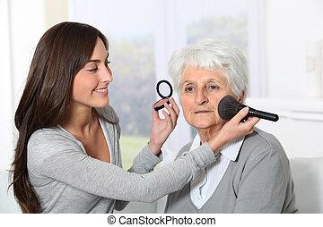 mulher, antigas, maquilagem, jovem, ajudando, ponha