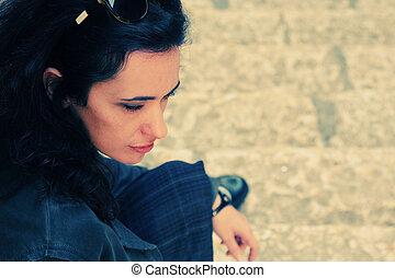 mulher, antigas, sentando, 35, anos, rua, retrato, triste