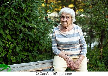 mulher, antigas, sentando, banco madeira, park., saúde, elderly.