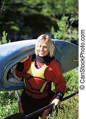 mulher, ao ar livre, carregar, pequeno, kayak, e, sorrindo,...