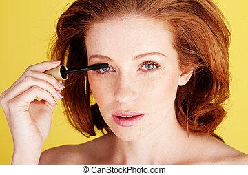 mulher aplica mascara, bonito