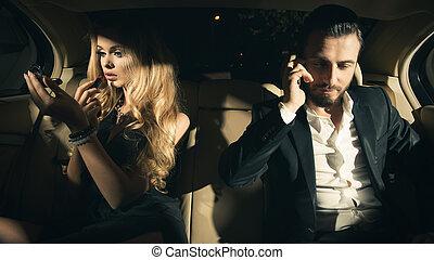 mulher, aplicando batom, par, jovem, telefone pilha, carro., excitado, usando, homem
