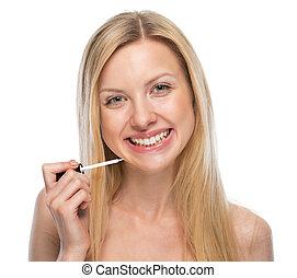 mulher, aplicando, lustro, jovem, lábio, retrato, sorrindo