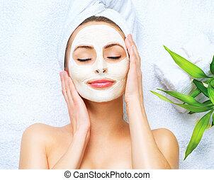 mulher, aplicando, máscara, cleansing, facial, spa